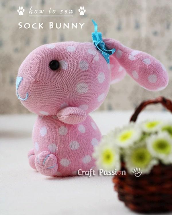 conejo de peluche con un calcetín