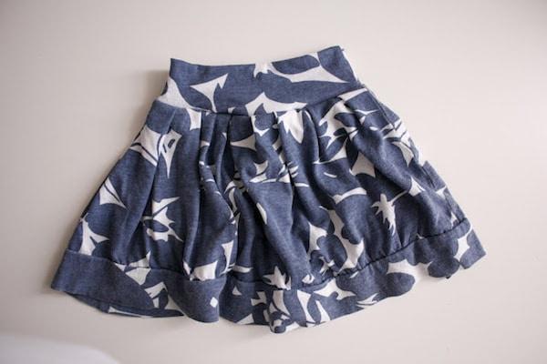 falda de niña hecha con una camiseta reciclada