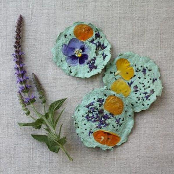 papel reciclado con flores secas