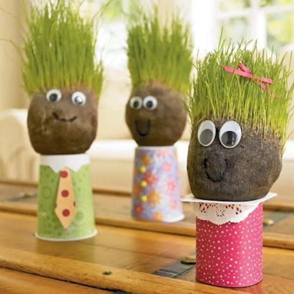 muñeco con hierba en la cabeza