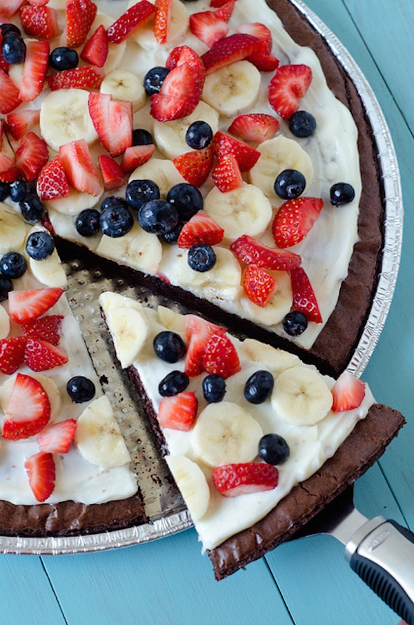 tarta de brownies y fruta