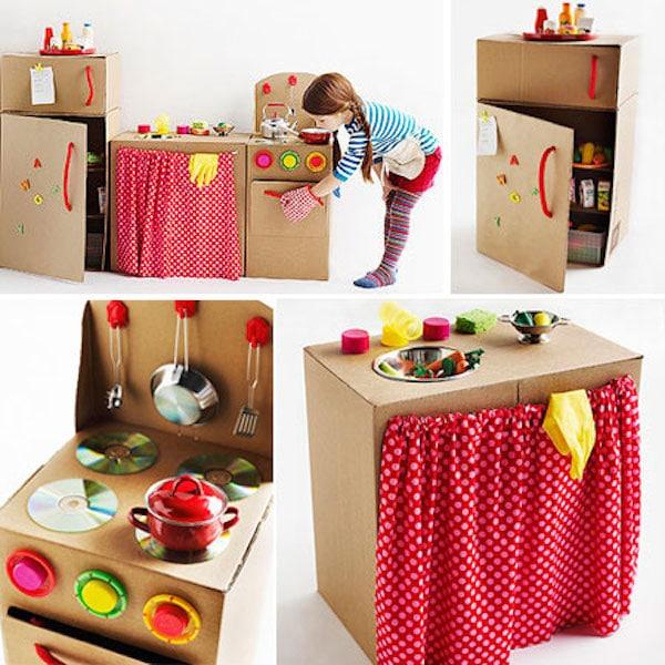 Cocinitas de juguete con cajas de cartón