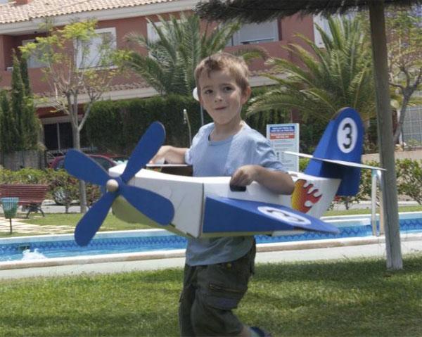 Juguetes: avión de cartón
