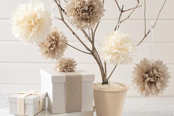 C mo hacer pompones de papel for Puertas decoradas con flores de papel