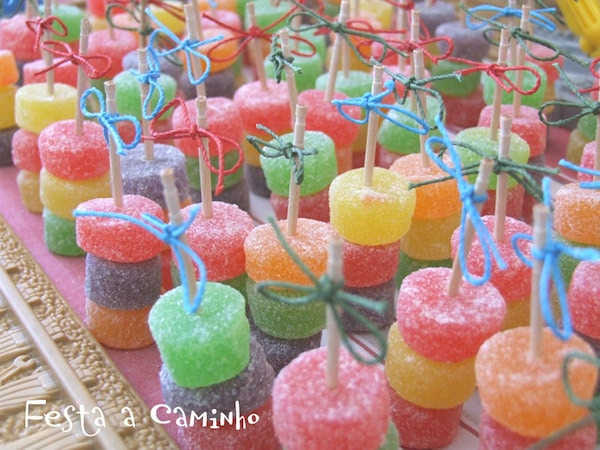 7 brochetas de chuches originales for Comida peces estanque barata