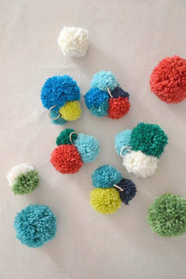 Pompones de lana 6 manualidades f ciles pequeocio - Manualidades con lanas de colores ...