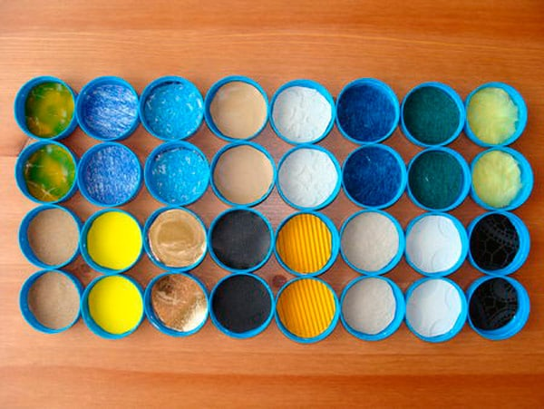 Manualidades recicladas: juego de memoria con tapas de plastico