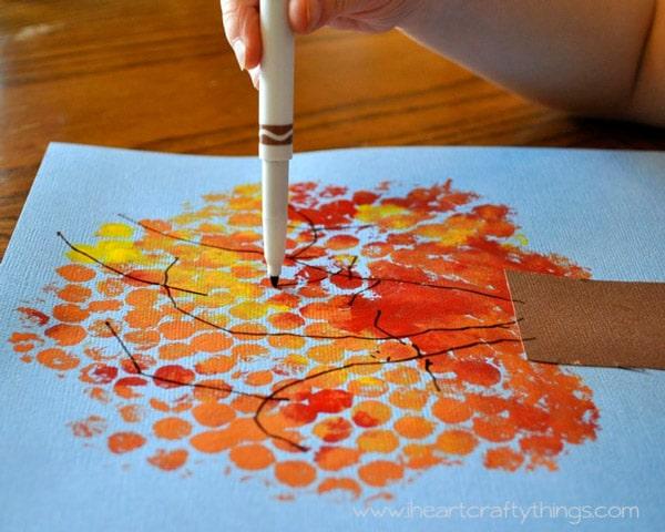 Manualidades infantiles de otoño: árbol con plástico de burbujas