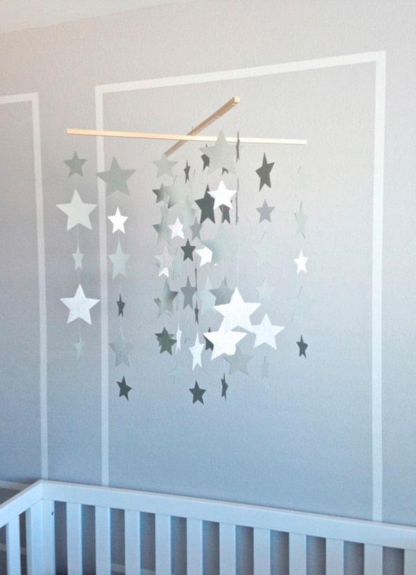 Móvil casero con estrellas para dormitorios infantiles