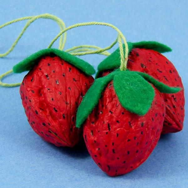 Manualidades para niños con nueces: fresas