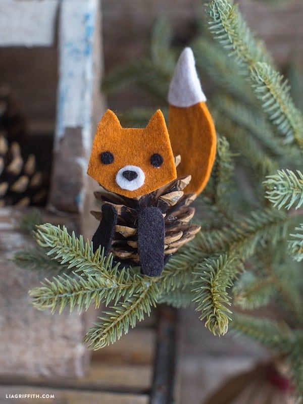 5 manualidades infantiles con pi as muy divertidas pequeocio for Manualidades navidad con pinas