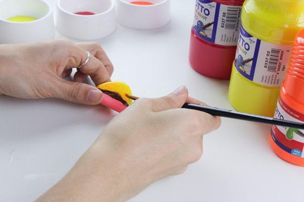 Cómo hacer imanes con piedras pintadas 6
