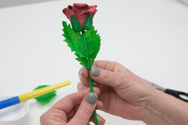 Cómo hacer una rosa para el Día de la Madre 8
