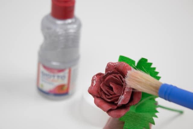 Cómo hacer una rosa para el Día de la Madre 9