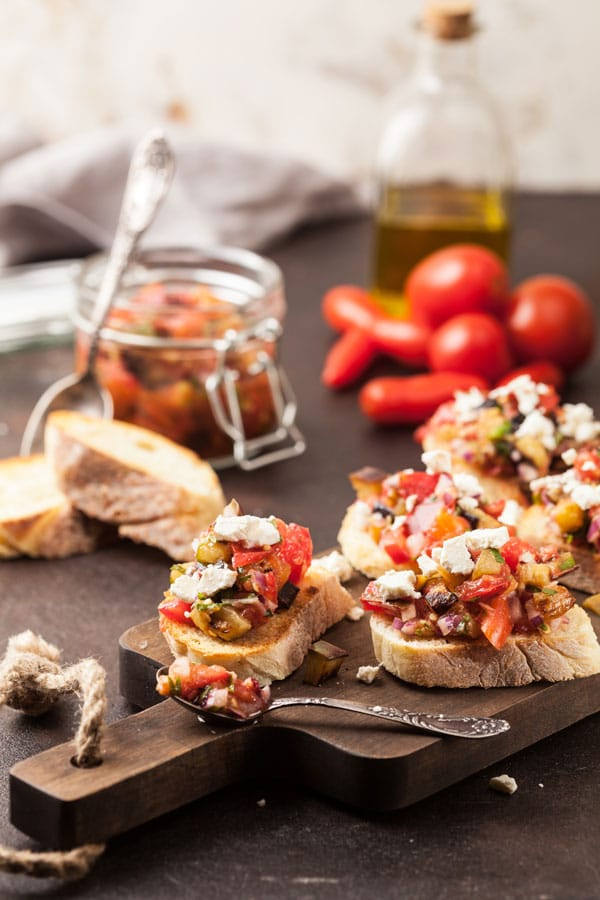 bruschetta de berenjenas, tomate y queso de cabra