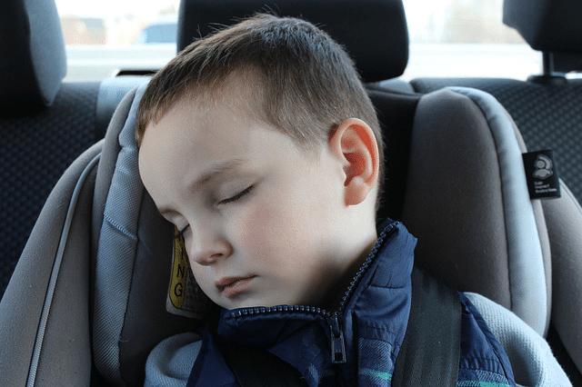 niño viaje en coche