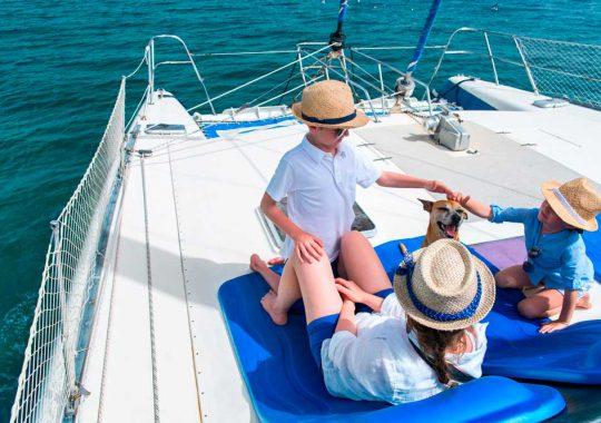 Alquiler catamarán vacaciones con niños