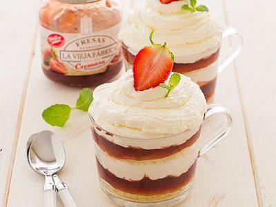 trifle de mermelada de fresas con nata y bizcocho